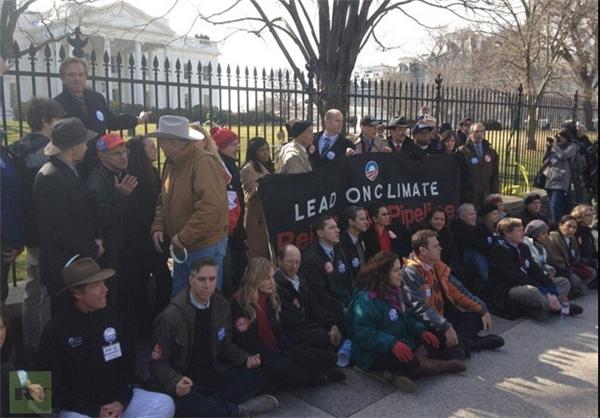 فعالان محیط زیست مقابل کاخ سفید بازداشت شدند + تصاویر