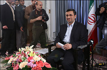 خانوم خبرنگاری که احمدی نژاد را به چالش کشید و سانسور شد + تصویر