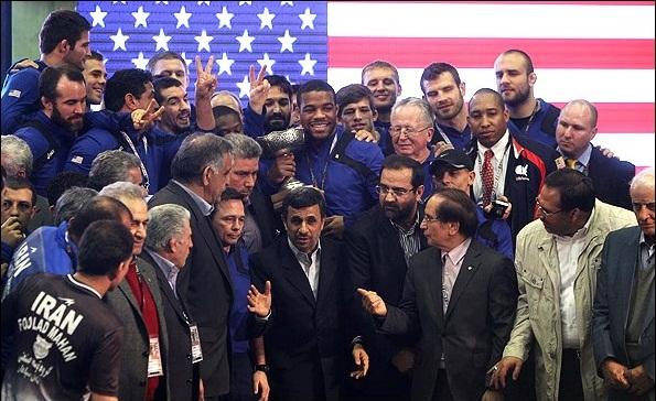بازتاب عکس یادگاری احمدی نژاد با کشتی گیران امریکایی + تصویر
