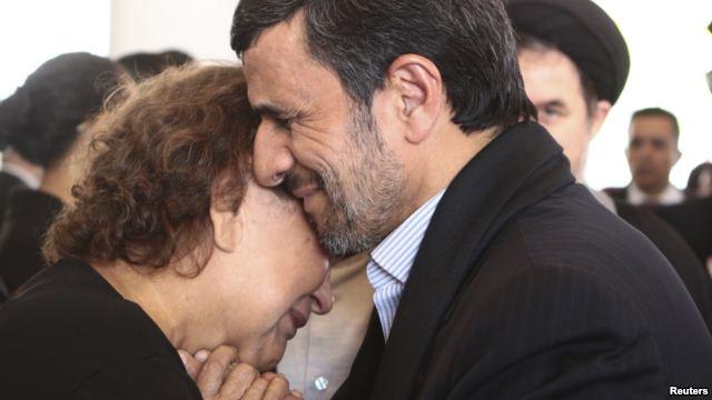 بغل کردن مادر چاوز توسط احمدی نژاد فتوشاپ است + سند