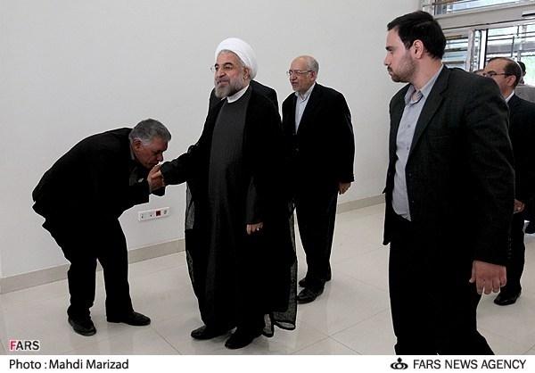 دست بوسی حسن روحانی/عکس