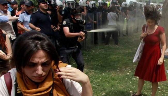 دختری که آغازگر قیام در ترکیه شد+تصویر