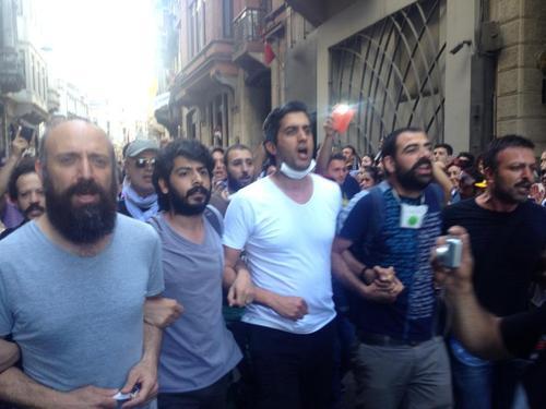 بازیگر سریال حریم سلطان در تظاهرات ترکیه/عکس
