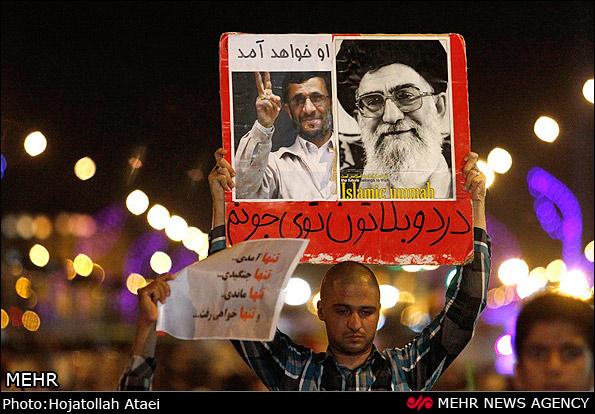 پلاکاردهای عجیب و مشکوک در استقبال از احمدی نژاد در قم/عکس