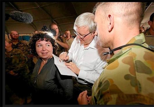 حرکت جالب نخست وزیر بر روی همسرش/عکس