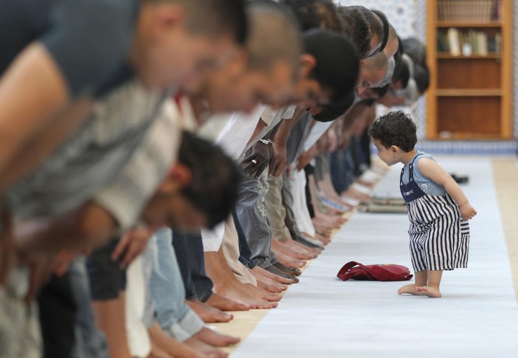 بهترین عکس دنیا از تقلید نماز خواندن یک کودک انتخاب شد + تصویر
