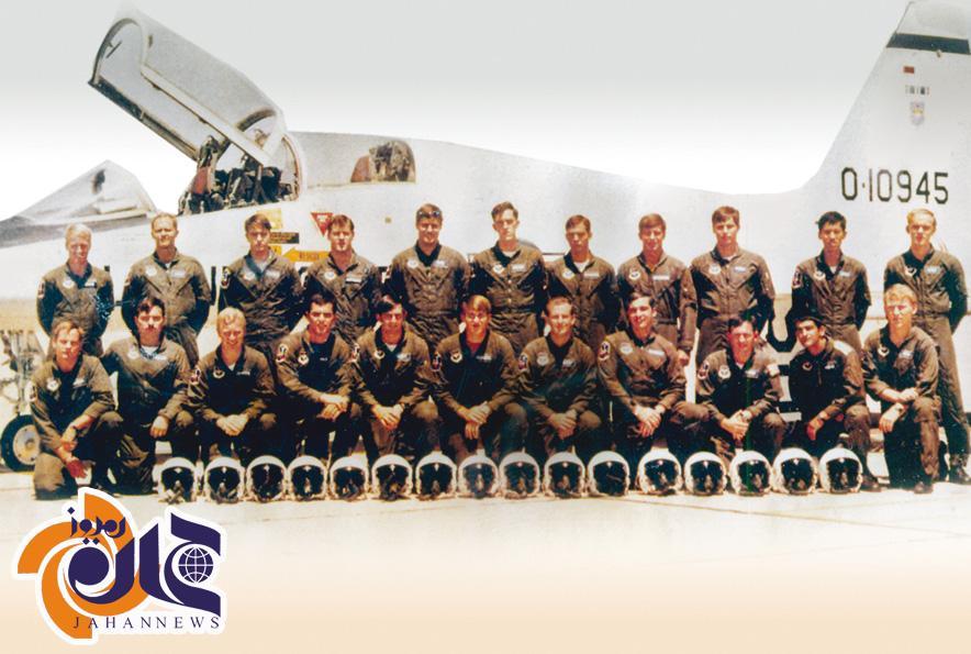 خلبان معروف ایرانی در میان آمریکایی ها/عکس