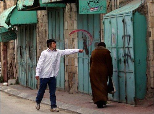 حرکت بی شرمانه یک صهیونیست با زن مسلمان/تصویر تاسف بار