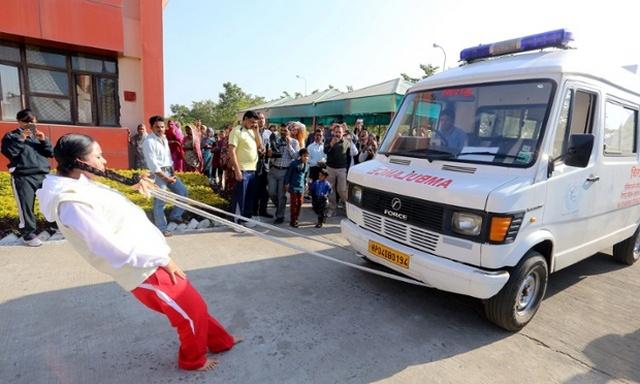 عکس/حرکت دادن آمبولانس با موی سر
