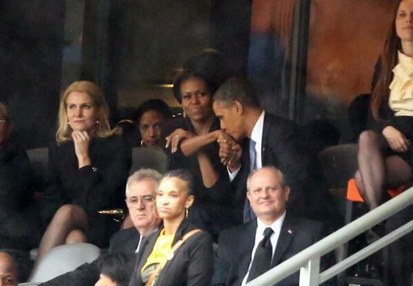 عکس  بوسه اوباما بر دست همسرش
