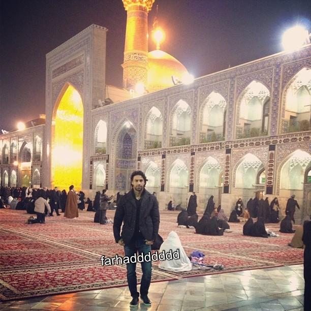 عکس فرهاد مجیدی در حرم امام هشتم