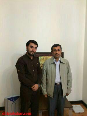 مداح معروف در کنار احمدی نژاد+عکس