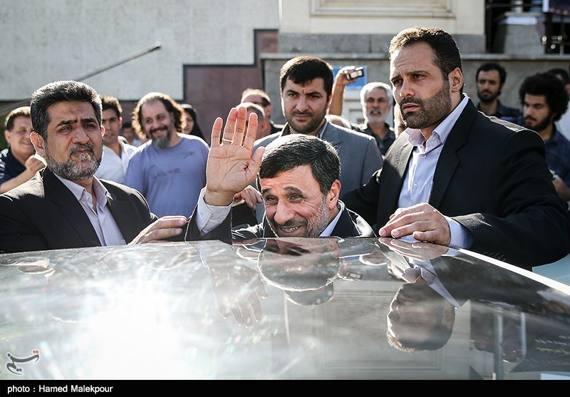 تصاویر|احمدی نژاد در مراسم ترحیم پهلوان