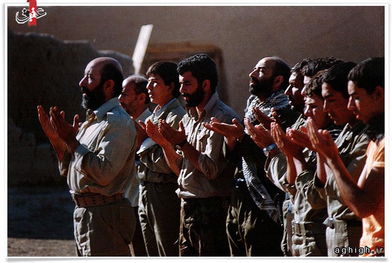 عکس| نماز جماعت به امامت شهید چمران