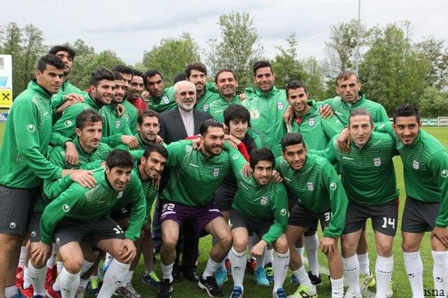 عکس یادگاری ظریف با اعضای تیم ملی فوتبال