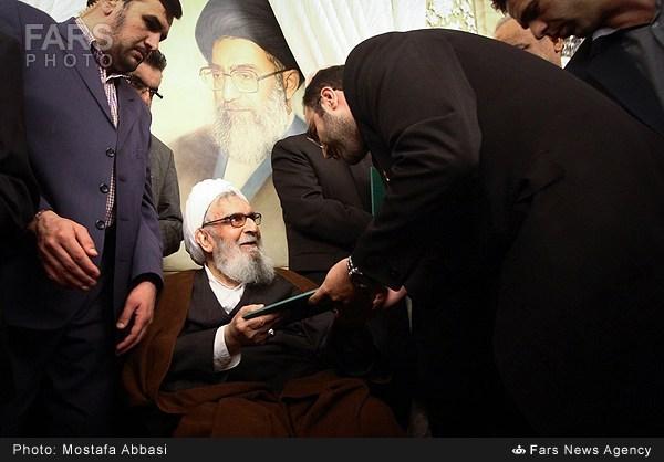 ظریف خادم افتخاری حرم امام رضا(ع) شد + عکس