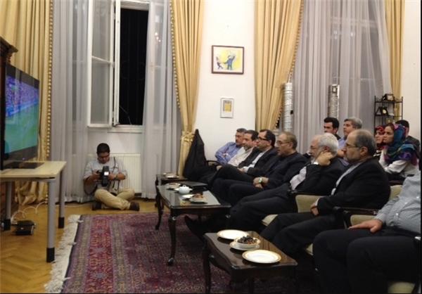 ظریف و تیم مذاکره کننده در حال تماشای دیدار ایران و نیجریه