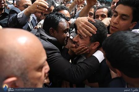 عکس  استقبال از احمدی نژاد در مرقد امام