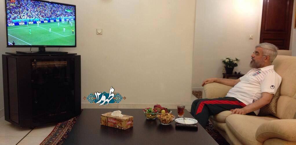 حسن روحانی در حال تماشای بازی ایران نیجریه در خانه + عکس