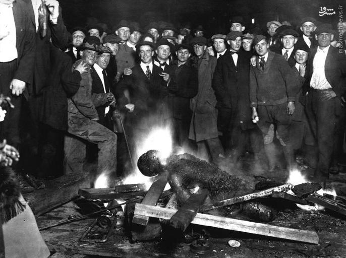 جسد سوزانده شده یک سیاه پوست توسط آمریکایی ها+عکس