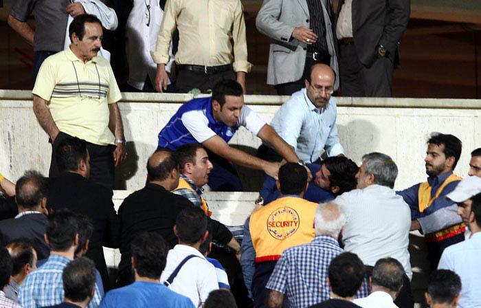 درگیری فیزیکی امیرحسین صادقی با فامیل قلعه نویی در ورزشگاه + تصاویر