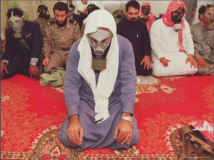 اقامه نماز صبح با ماسک شیمیایی در عربستان + عکس
