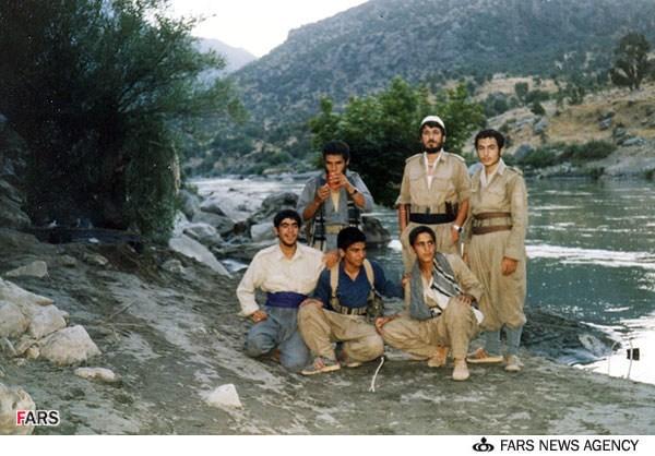 دکتر حسن عباسی در این تصویر چه مینوشد؟