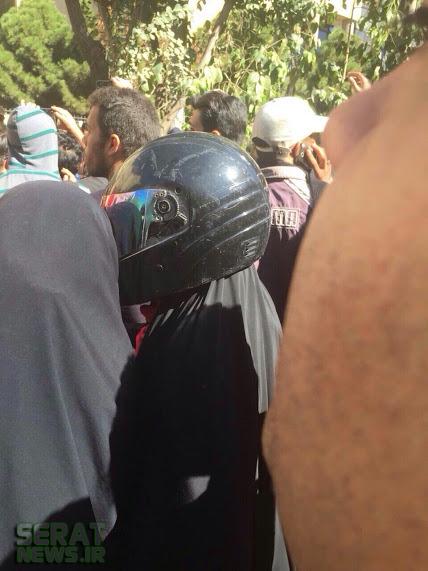 زن چادری با شکلی متفاوت در تجمع ضداسیدپاشی اصفهان+عکس