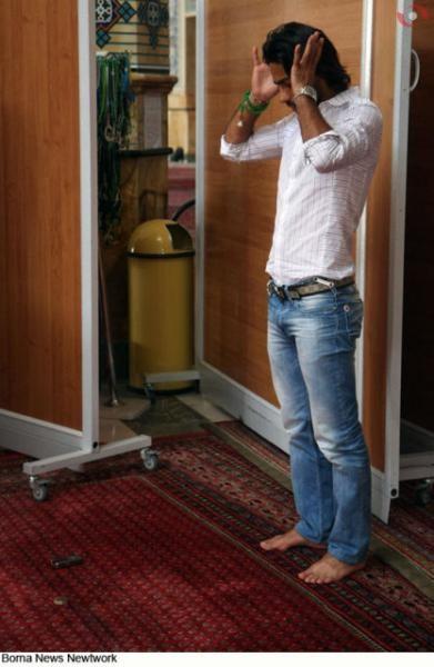 فرهاد مجیدی در حال نماز خواندن+عکس