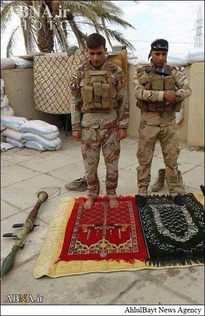 نماز دو مجاهد شیعه وسنی در کنارهم+عکس