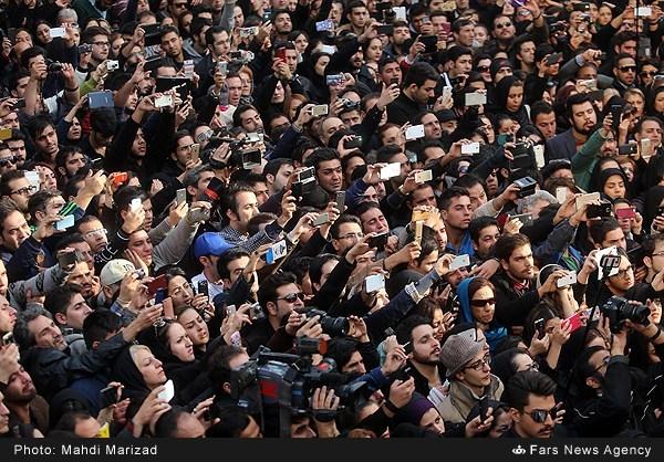 موبایل به دستان در تشییع جنازه پاشایی+عکس