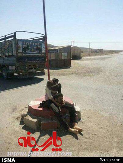 حرکت داعش با یکی از سرهای بریده + عکس
