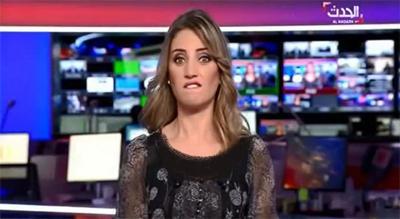 حرکت عجیب مجری زن در برنامه زنده/عکس