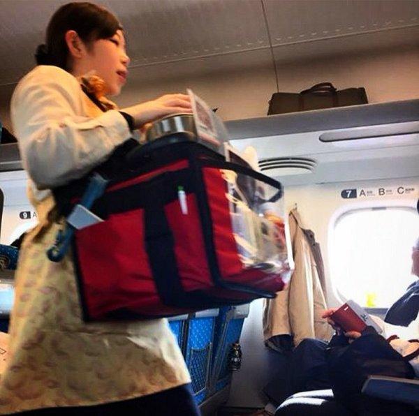 دستفروش ژاپنی در مترو +عکس