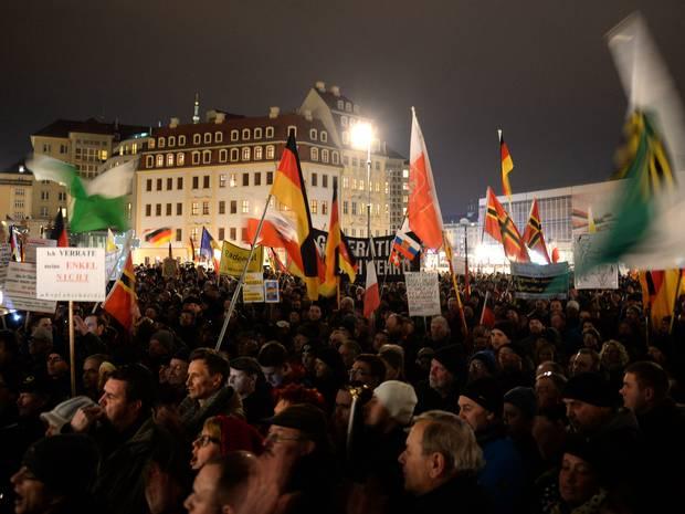 تظاهرات علیه تجمع جنبش ضد اسلامی شدن اروپا در انگلستان+تصاویر