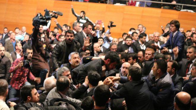 زد و خورد در حاشیه سخنرانی محمود احمدینژاد در ترکیه!+عکس