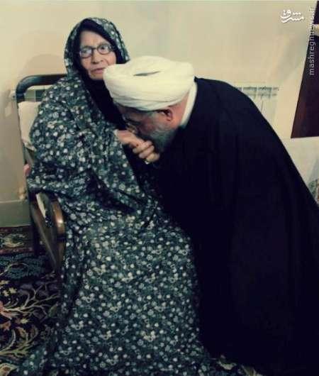 وقتی که روحانی دست مادرش را بوسید +عکس