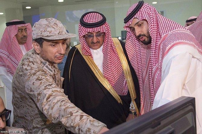 وزیر دفاع عربستان در حال صدور حکم حمله به بمن +عکس