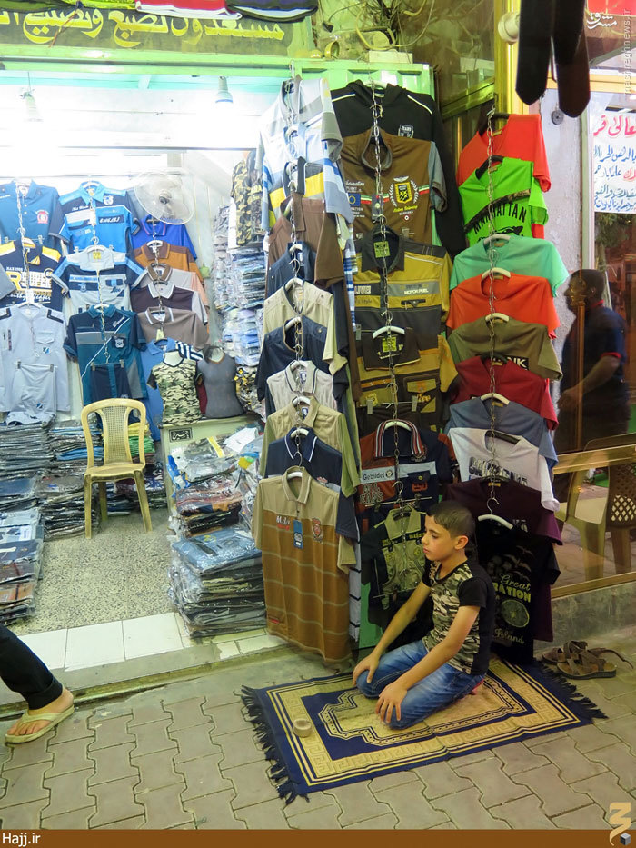 نماز اول وقت نوجوان جلو در مغازه +عکس