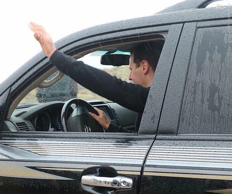 رانندگی بشار اسد در هوای بارانی/عکس