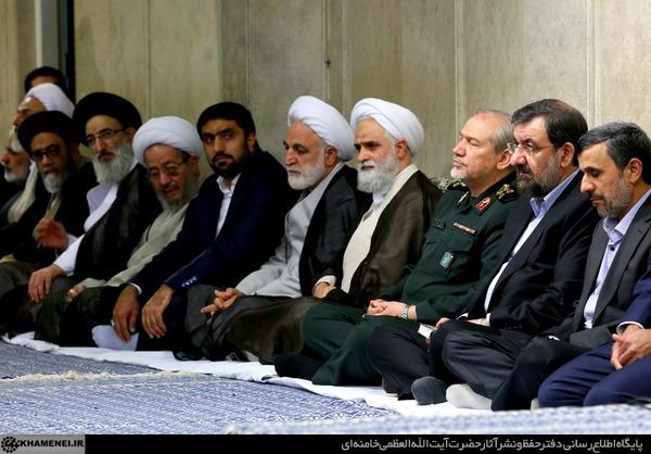 احمدی نژاد در دیدار با رهبری با چه کسی همنشین شد؟