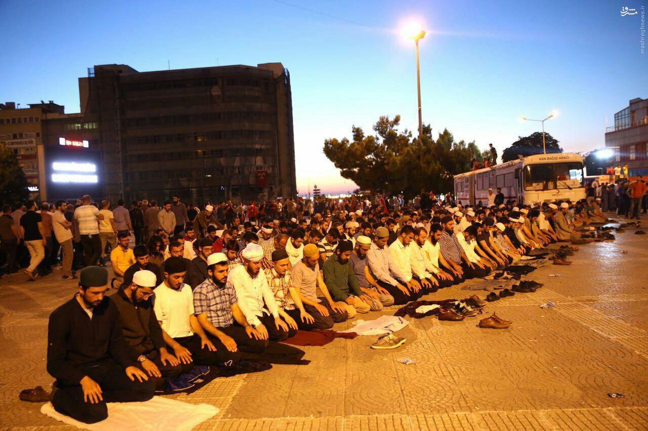 نماز صبح مردم استانبول بعد از شکست کودتا + عکس